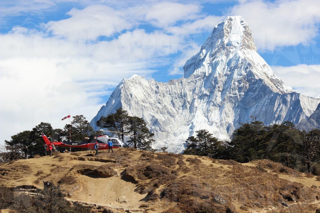 everest heli tour with backdrop of amadamabalm